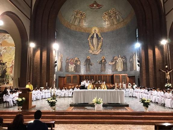 Sale sull'altare e bestemmia: immigrato scatena il panico in chiesa a Milano!