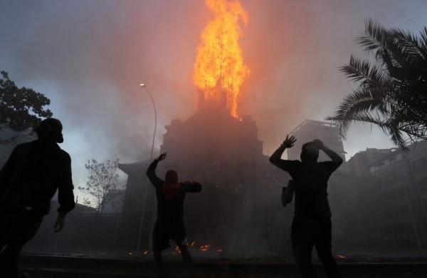 Cile: bruciate due chiese a Santiago, violenze e saccheggi nell'annivesario del 18 ottobre che un anno fa segnò l'inizio delle proteste!